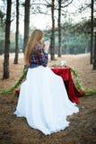 Belle jeune mariée de matin dans la forêt Image libre de droits