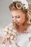 Belle jeune mariée heureuse Photo stock