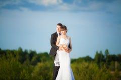 Belle jeune jeune mariée heureuse avec le marié en nature d'été d'amour  Images libres de droits