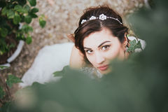 Belle jeune mariée heureuse dans la nature Photographie stock libre de droits