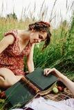 Belle jeune mariée heureuse et rétro marié élégant, ayant l'amusement avec b Image libre de droits