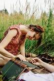 Belle jeune mariée heureuse et rétro marié élégant, ayant l'amusement avec b Photo stock