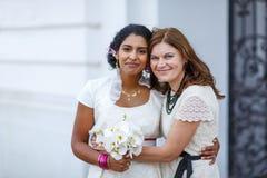 Belle jeune mariée indienne heureuse et son d'amie Images stock