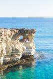 Belle jeune mariée magnifique et marié élégant sur des roches, sur le fond d'une mer, cérémonie de mariage sur la Chypre images stock