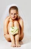 Belle jeune mariée nue dans le voile de mariage