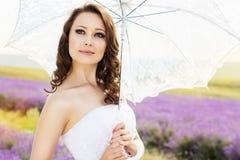 Belle jeune mariée posant au champ de la lavande image libre de droits