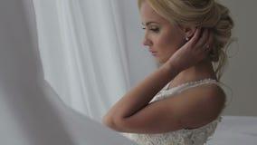 Belle jeune mariée posant dans sa robe de mariage clips vidéos