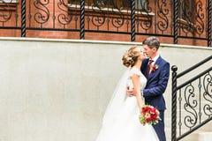 Belle jeune mariée romantique avec le marié Kissing et embrassement dehors photo stock