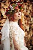Belle jeune mariée rouge de cheveux avec des fleurs Images libres de droits