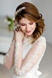 Belle jeune mariée sensuelle de fille dans la robe de mariage avec les yeux fermés photo libre de droits
