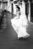 Belle jeune mariée sexy émotive heureuse de brune courant en français Images stock