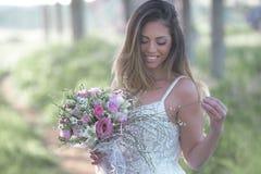 Belle jeune mariée sexy avec une peau parfaite et un vert étonnant Images libres de droits