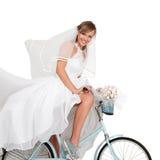 Belle jeune mariée sur la bicyclette Images libres de droits