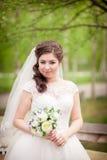 Belle jeune mariée sur la fin de nature  Photographie stock