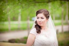 Belle jeune mariée sur la fin de nature  Images libres de droits