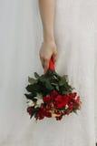 Belle jeune mariée tenant le bouquet de mariage, jeune mariée élégante dans la dentelle W Photo stock