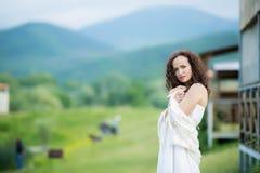 Belle jeune mari?e dans la position blanche magnifique de robe l'?pousant pr?s du lac Morskie Oko dans les montagnes le jour enso images stock