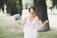Belle jeune mari?e de luxe dans la robe blanche ?l?gante photographie stock