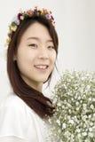 Belle jeune mariée asiatique avec le chapelet Image stock
