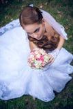 Belle jeune mariée caucasienne extérieure Photographie stock libre de droits