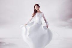Belle jeune mariée dans la robe de mariage, doux abstrait Image libre de droits
