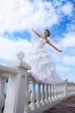 Belle jeune mariée dans le ciel bleu Photographie stock libre de droits