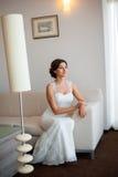 Belle jeune mariée heureuse posant à la maison Photographie stock libre de droits