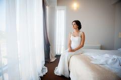 Belle jeune mariée heureuse posant à la maison Photos libres de droits