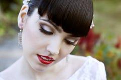 Belle jeune mariée, regardant vers le bas Photographie stock