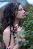 Belle jeune personne, femme excentrique, avec la coiffure intéressante, les dreadlocks, la perforation et le tatouage sentant en  photo libre de droits