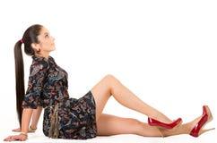 Belle jeune pose aux cheveux longs de femme de brune image stock