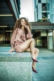 Belle jeune pose rousse de femme photographie stock libre de droits