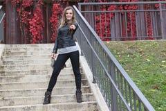 Belle jeune position blonde caucasienne sur des escaliers, se dirigeant à la visionneuse Images stock