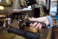 Belle jeune serveuse faisant le café utilisant une machine professionnelle dans un café Photographie stock libre de droits