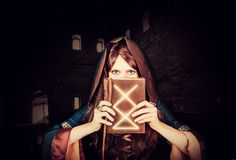 Belle jeune sorcière de Halloween et vieux livre magique Image libre de droits