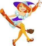 Belle jeune sorcière sur un manche à balai dans le ciel Photo stock