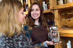 Belle jeune vendeuse vendant des machines de café dans un magasin organique photos libres de droits