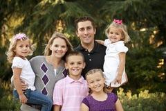 Belle jeune verticale de famille Image libre de droits