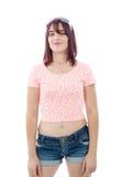 Belle jolie jeune femme dans la chemise rose et les shorts Image libre de droits