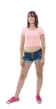 Belle jolie jeune femme dans la chemise rose et les shorts Photographie stock libre de droits