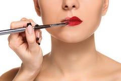 Belle labbra femminili con trucco e la spazzola immagini stock