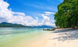 Belle laguna e spiaggia con la sabbia bianca fotografia stock libera da diritti