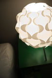 Belle lampe de bureau de concepteur dans l'intérieur Photo libre de droits