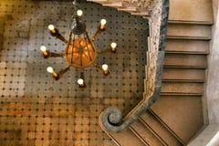 Belle lampe de plafond sur les ?tapes du palais de Monserrate photos libres de droits