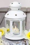 Belle lanterne blanche avec la bougie brûlante à l'intérieur Photo libre de droits