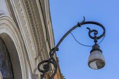 Belle lanterne de rue du fer travaillé et d'un abat-jour en verre o Photos stock