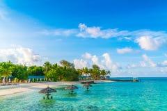 Belle île tropicale des Maldives avec la plage sablonneuse et le Se blancs Photo libre de droits