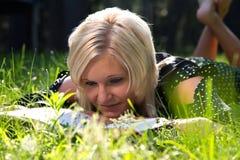 Belle lecture blonde de femme images stock