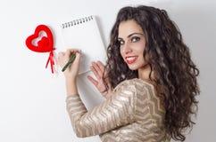 Belle lettre d'amour caucasienne d'écriture de fille Images stock