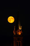 Belle lever de la lune au-dessus de l'église, Alsace Photographie stock libre de droits